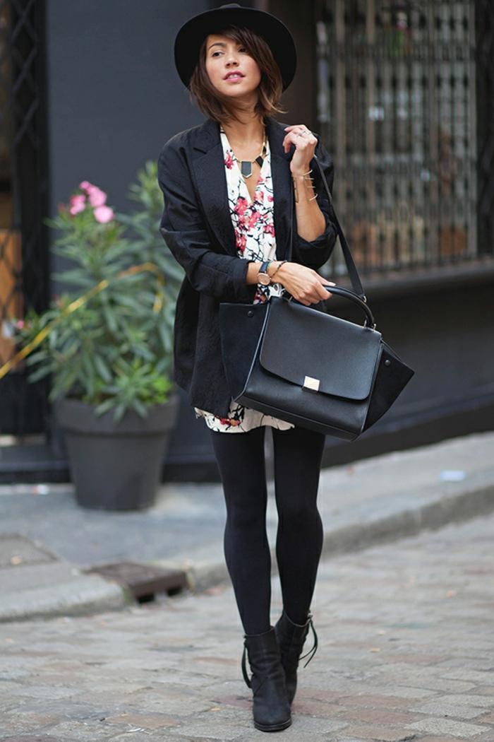 robe bottine, chapeau noir, lèvres rouges, bracelets en or, sac à main en cuir, robe blanche à motifs floraux