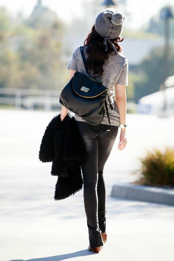 que mettre avec un pantalon noir, bonnet gris, t-shirt gris, sac à dos en cuir