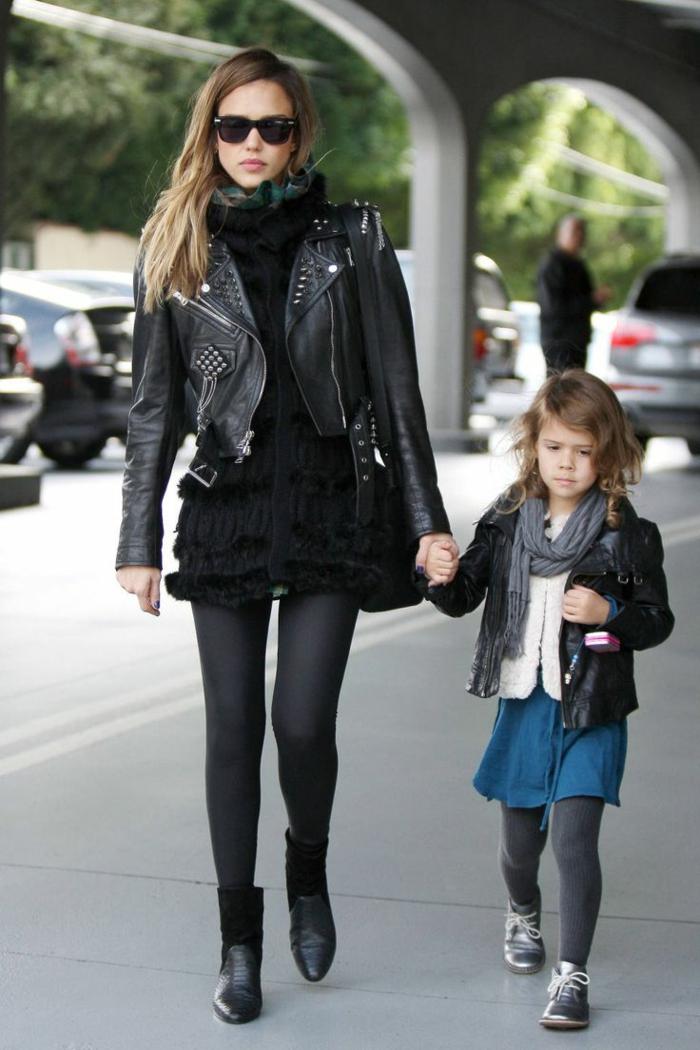 s habiller en noir, Jessica Alba, veste en cuir et à studs, lunettes de soleil noires