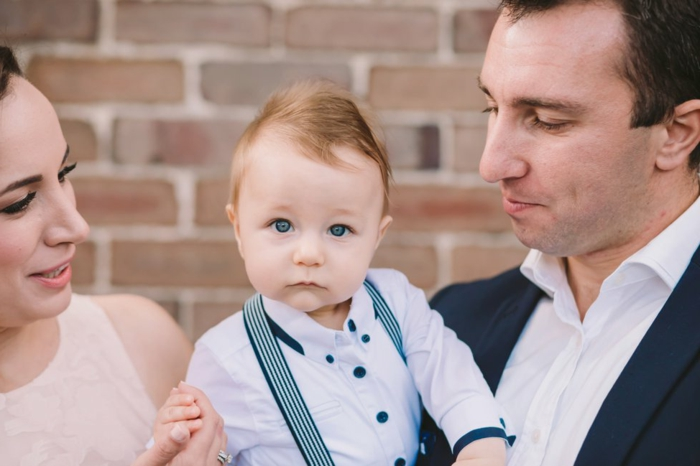 comment s habiller pour un bapteme, costume garçon avec bretelles, chemise blanche, robe écru