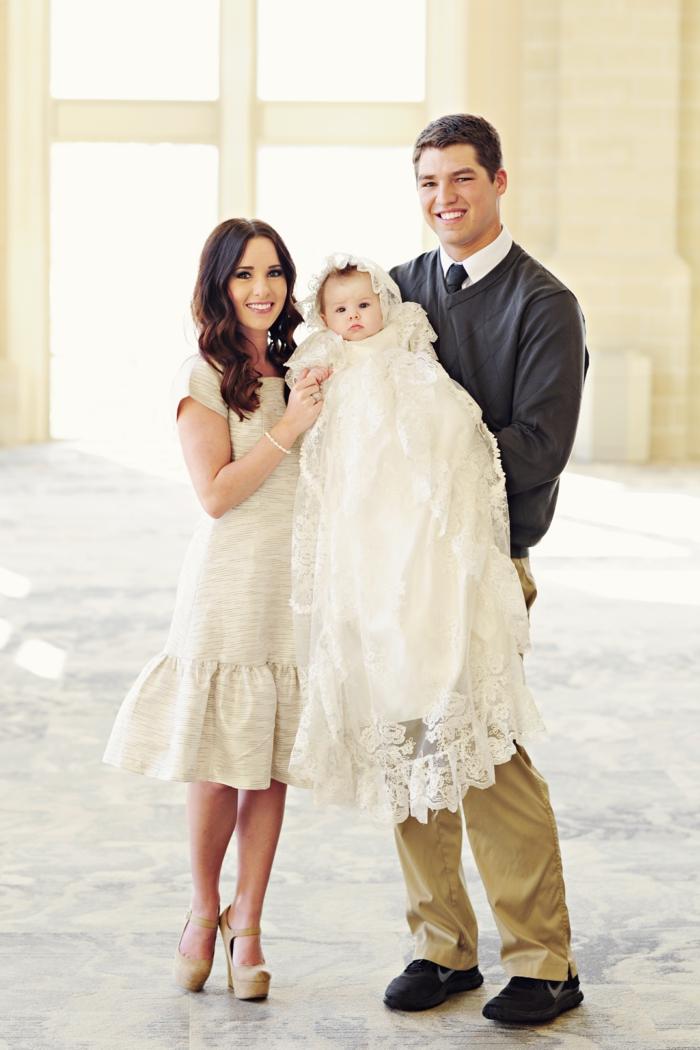 tenue de ceremonie, robe écru en dentelle, jupe écru en tulle, gilet gris foncé