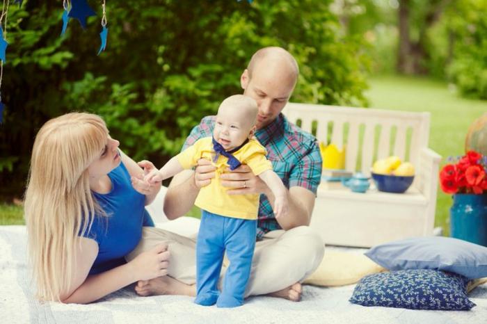 quelle tenue pour un baptême, robe pour bapteme bleue, t-shirt jaune pastel, chemise verte