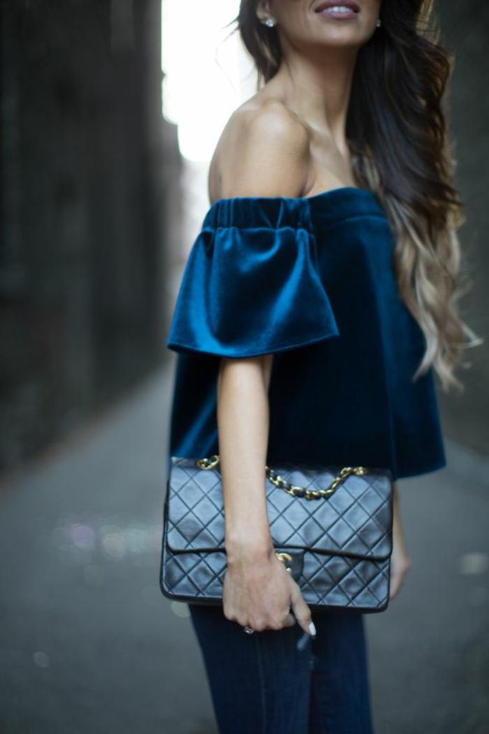 tenue chic femme sexy à épaules découvertes en bleu mystique et en velours