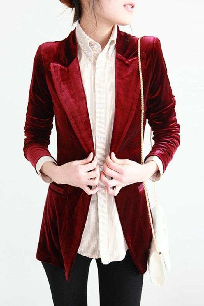 tenue chic casual veste taille fine couleur vin avec chemise en dessous et sac blanc