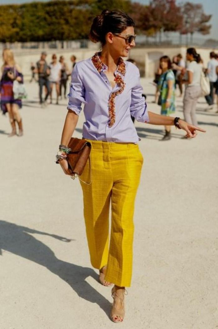 tenue chic pantalon couleur moutarde et chemise violette avec col haut en couleurs