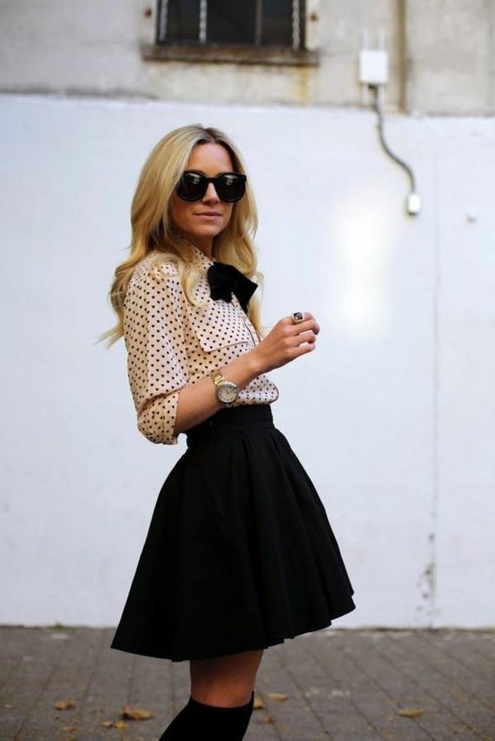 tenue chic jupe bouffante noire et chemise à petits pois noirs