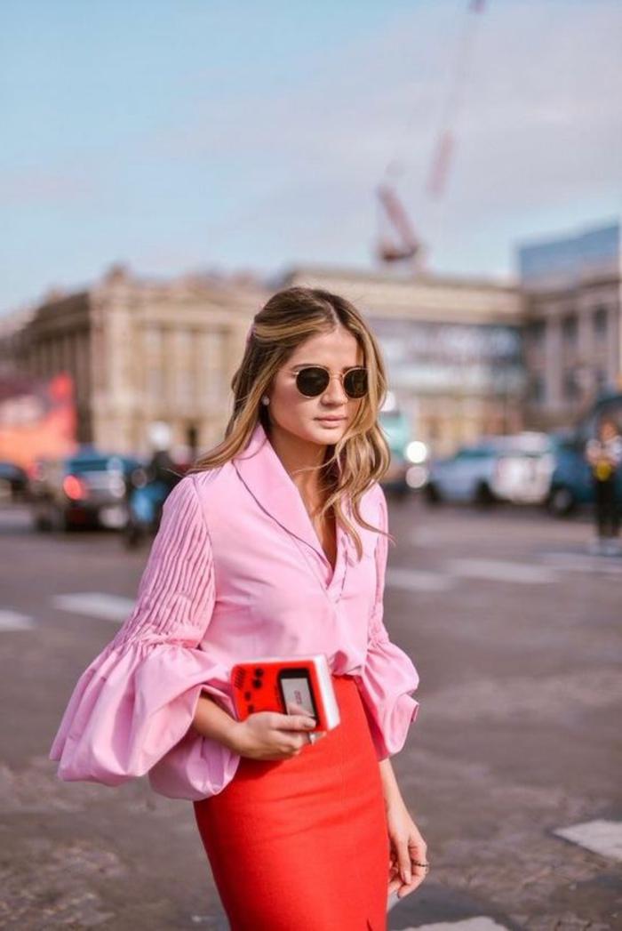 tenue chic blouse rose aux grandes manches bouffantes et jupe rouge corail avec mini sac en rouge et blanc