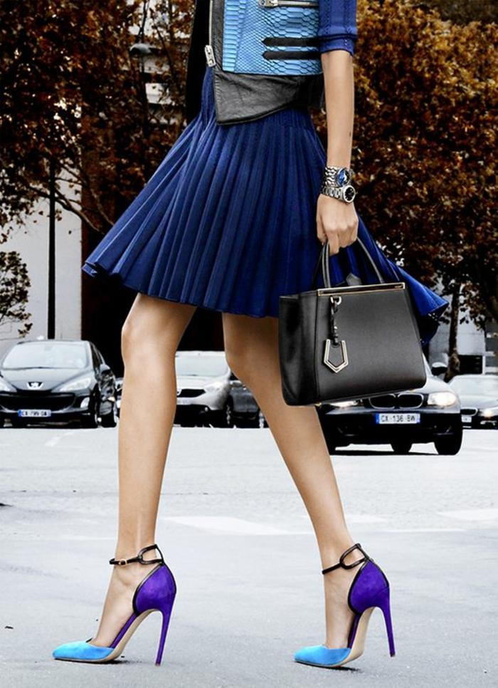 tenue chic femme nuances du bleu et stilettos bicolores avec sac à main noir