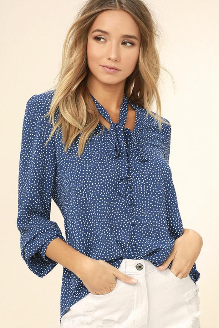 tenue chic et choc avec blouse bleue à pois blancs minuscules avec pantalon couleur crème