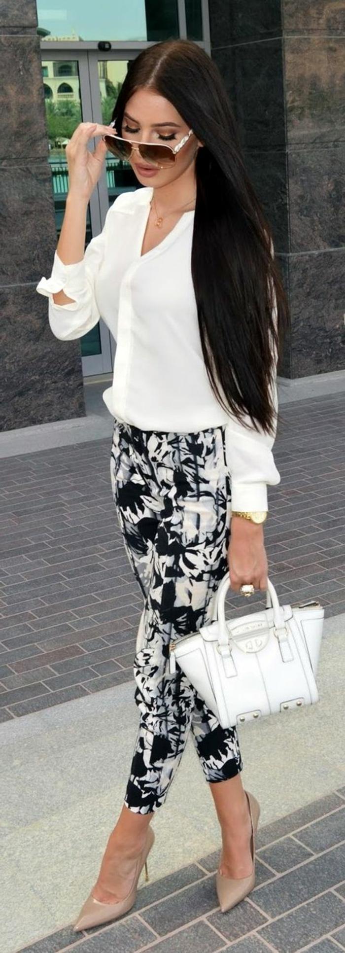 tenue chic et choc en noir et blanc avec mini sac blanc