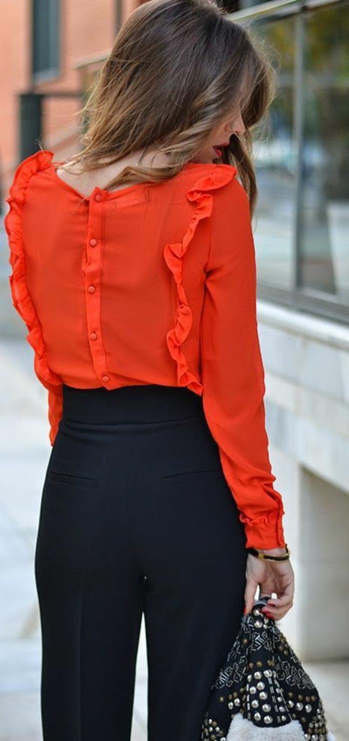 tenue chic en pantalon bleu marine et blouse en orange volantée avec sac clouté