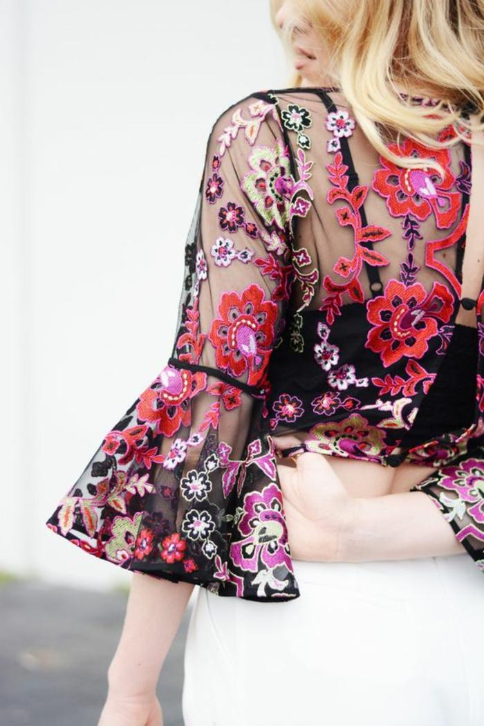 tenue chic chemise transparente brodée de fleurs en couleurs roses rouges et blanches