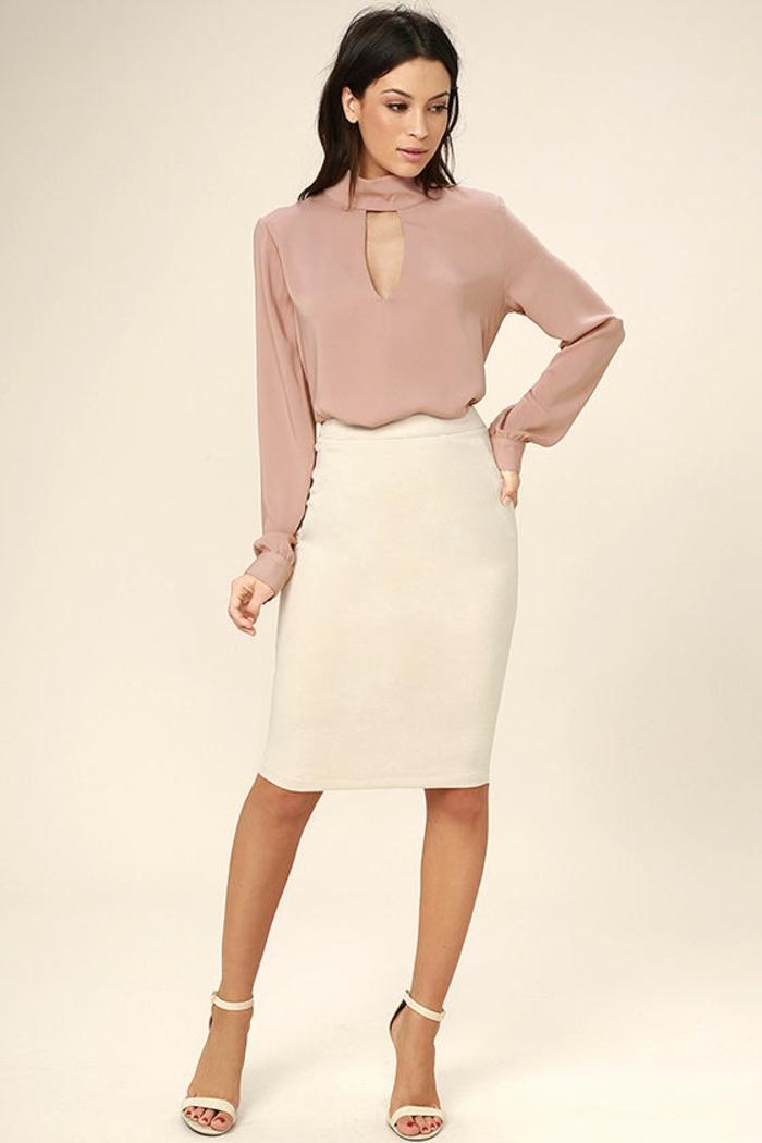 tenue chic femme en blouse poudre de roses et jupe blanche sandales blanches talon aiguille