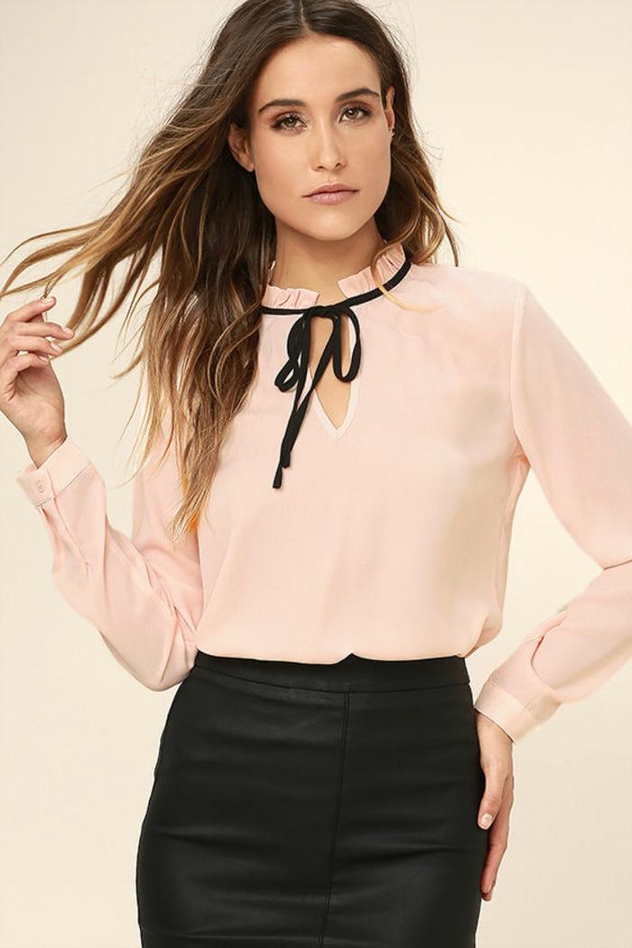 tenue chic et choc en rose et noir avec noeud papillon noir sur la blouse