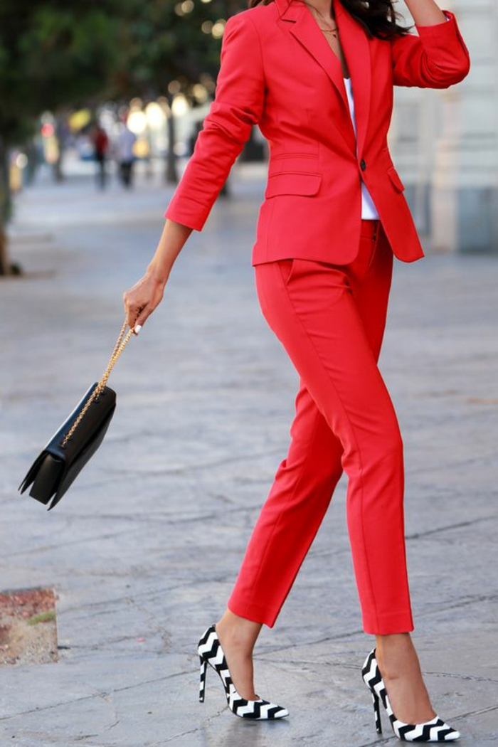 tenue chic en rouge flamme veste et pantalon avec des chaussures zebrées à talons aiguilles