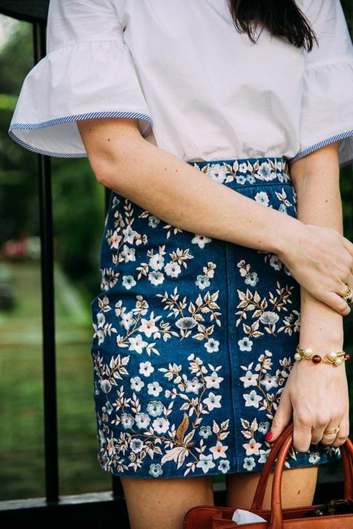 tenue boheme chic mini jupe bleue avec chemise blanche et manches évasées aux bouts
