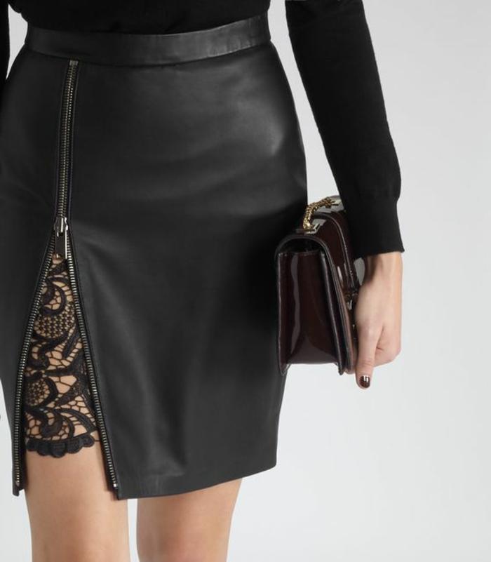 idée tenue soirée chic détail choc jupe noire avec fente latérale et dentelle sexy en dessous