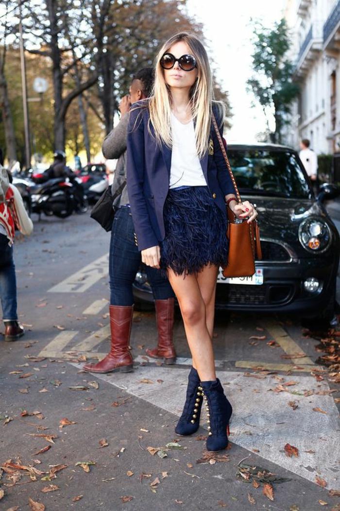 tenue chic détail choc jupe en plumes veste bleu marine et sac marron clair