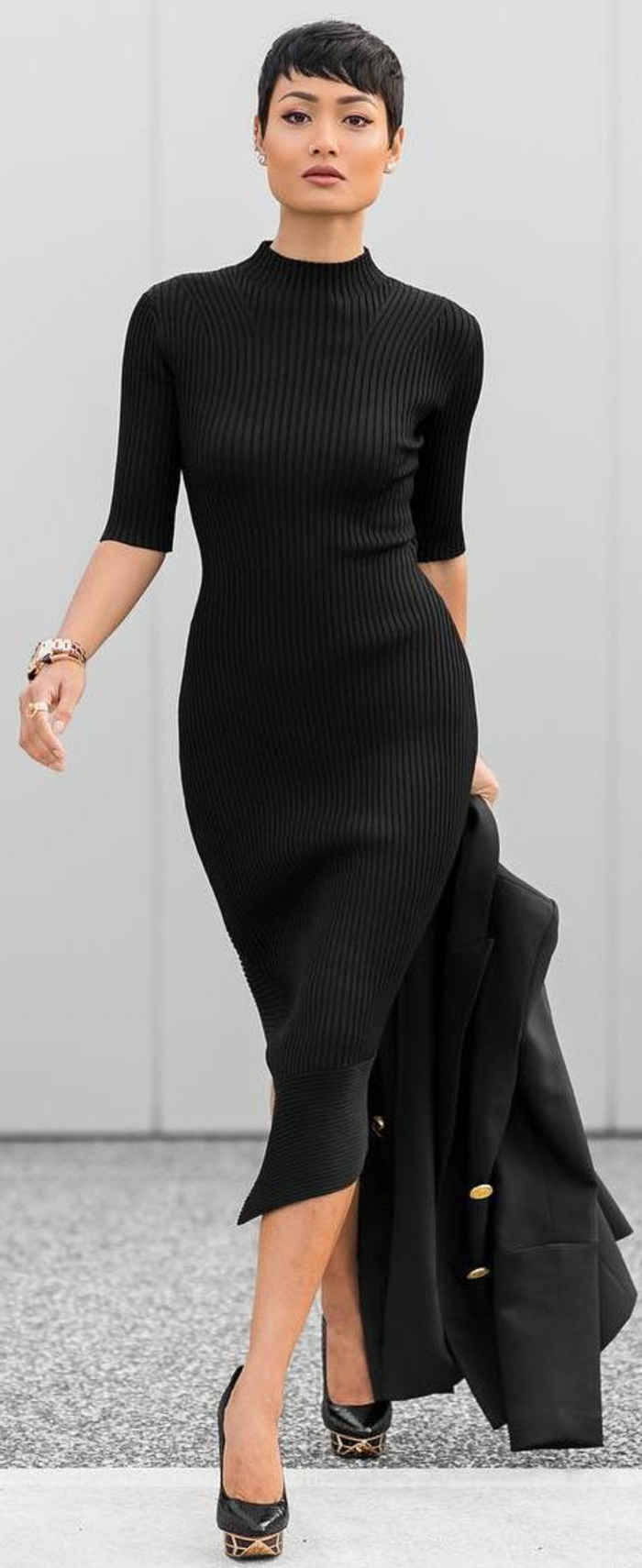 tenue chic robe asymétrique en noir au col roulé et aux manches 3/4