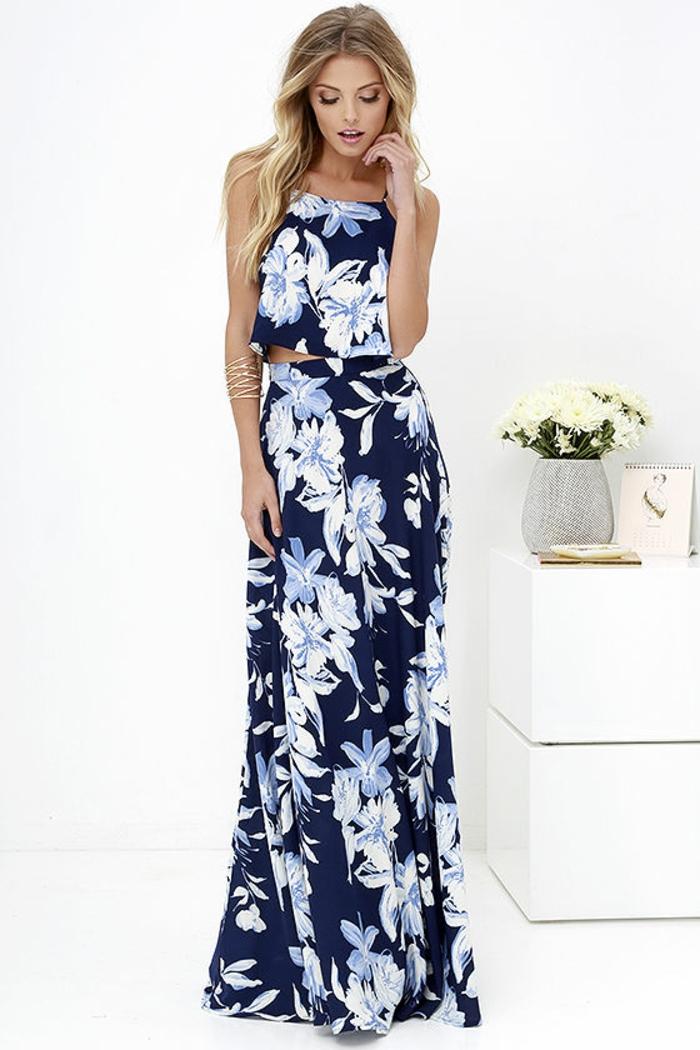 tenue chic en deux pièces en bleu et blanc jupe longue jusqu'au sol