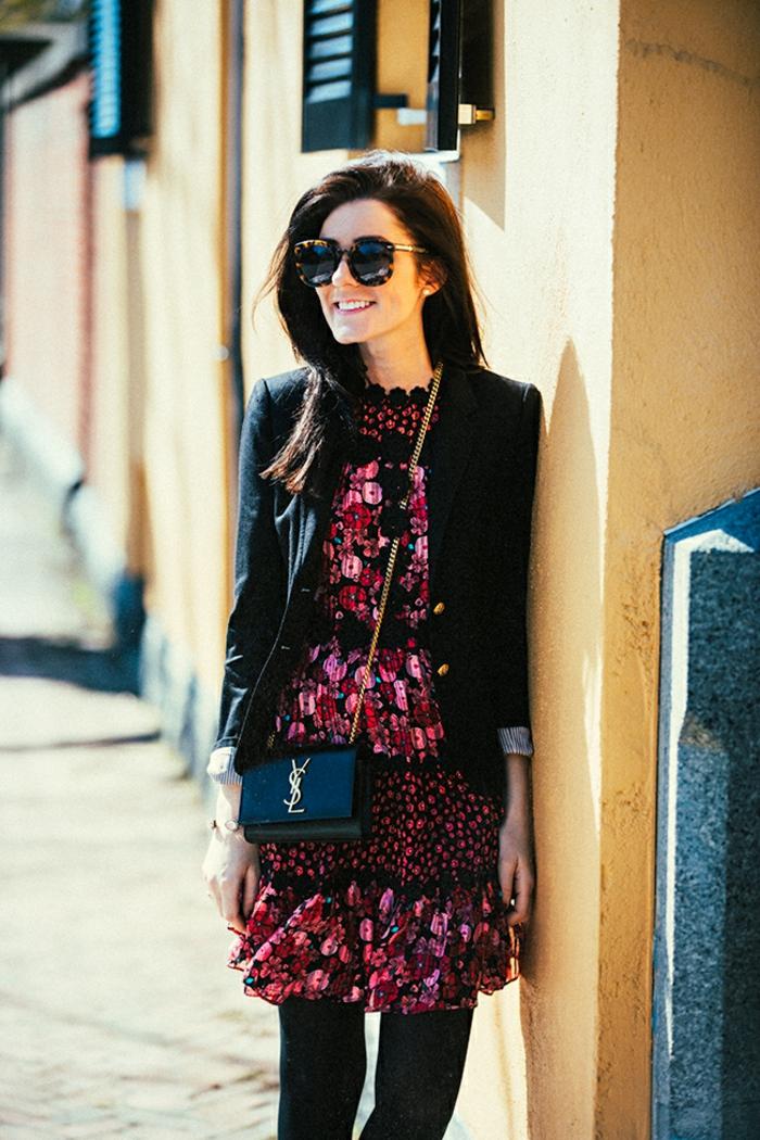 tenue chic avec veste en noir et robe en couleurs roses et rouges