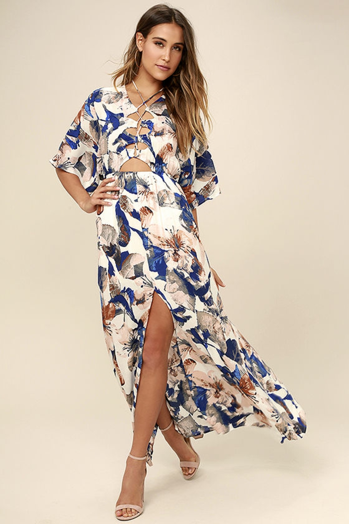 tenue chic et choc en blanc, bleu et marron aux motifs de fleurs paradisiaques