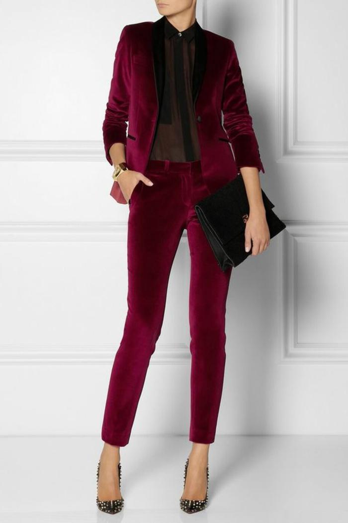 tenue chic veste et pantalon couleur vermeille avec chemisier transparent noir élégant classe