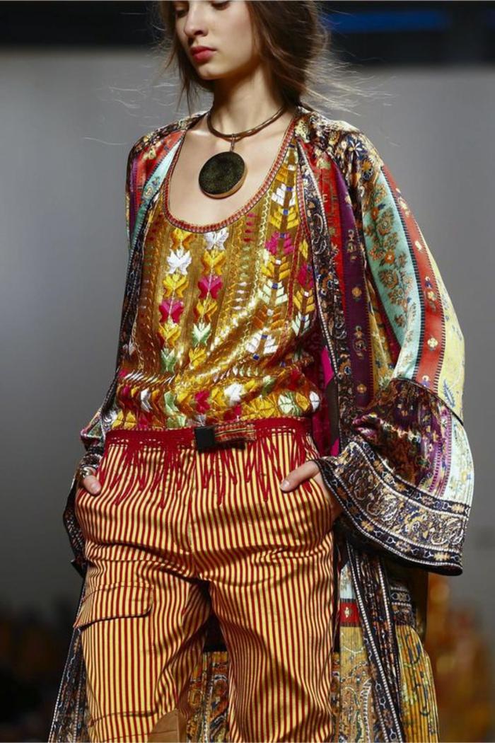tenue chic détail choc en style ethno riche en couleurs avec grand médaillon rond doré