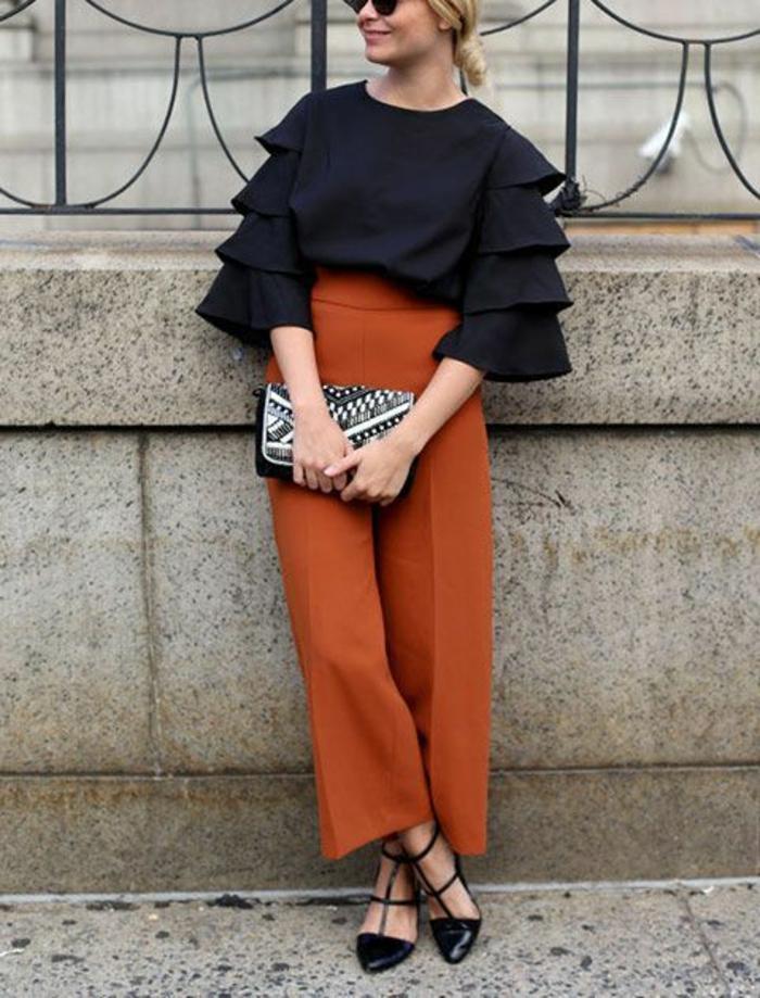 tenue chic détail choc avec pantalon large en couleur chaude et blouse de type espagnol grands volants