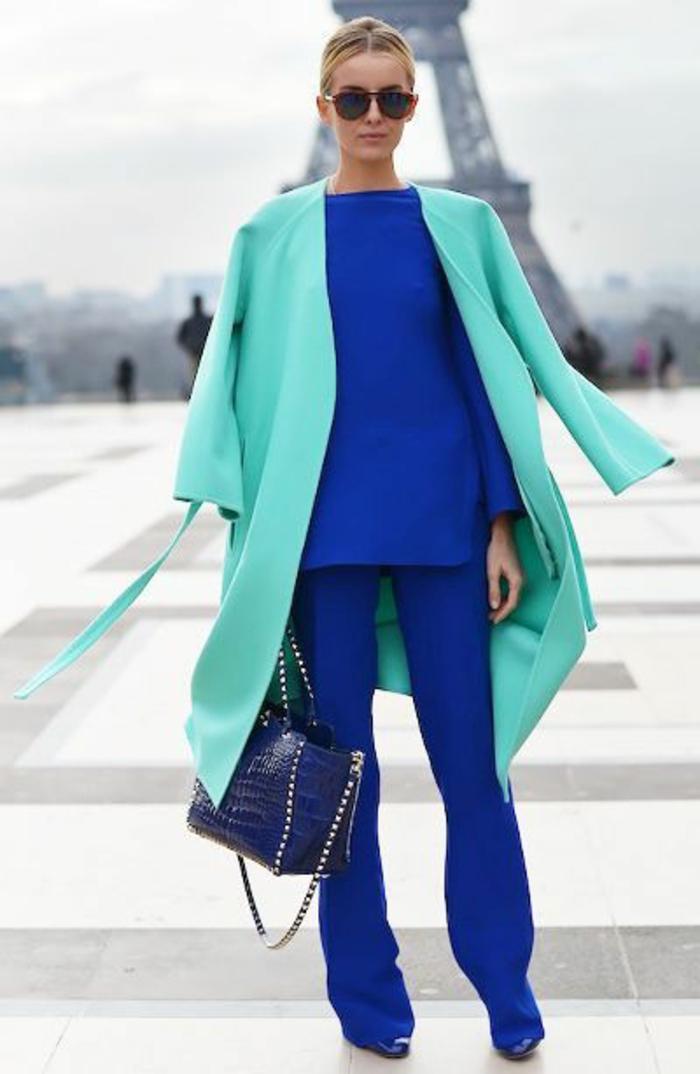 tenue chic femme deux couleurs fraiches et un grand sac motifs croco bleu éléctrique