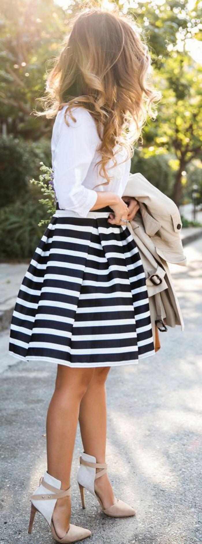 tenue chic avec jupe à rayures marines en noir et blanc et une chemise blanche
