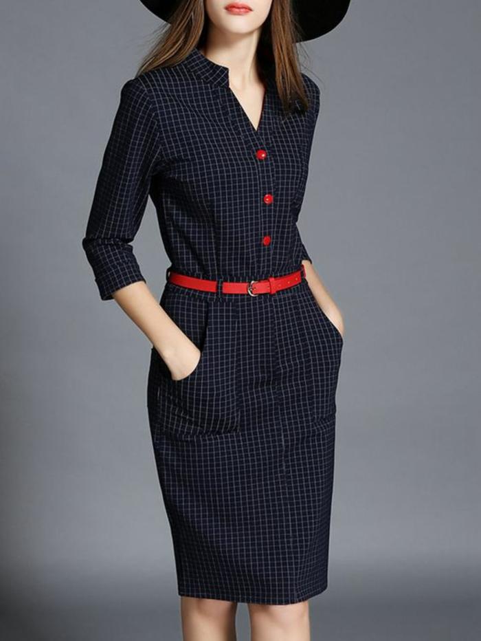 tenue chic détail choc robe aux carreaux avec ceinture fine rouge et des boutons rouges