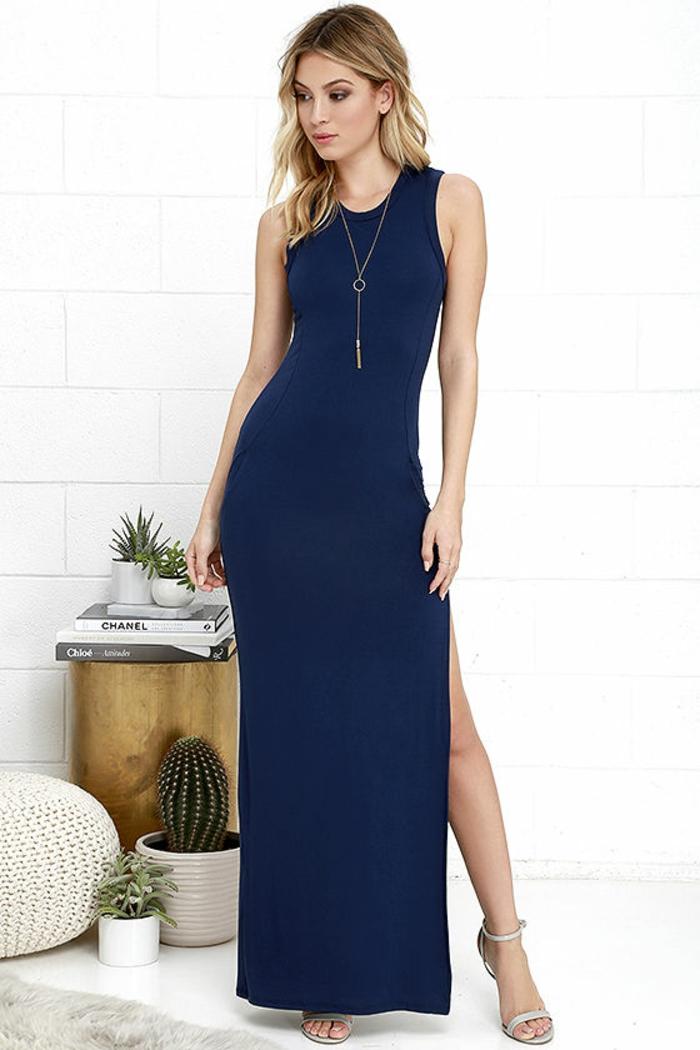 tenue chic robe longue en bleu avec une grande fente et un collier fin long sandales blanches