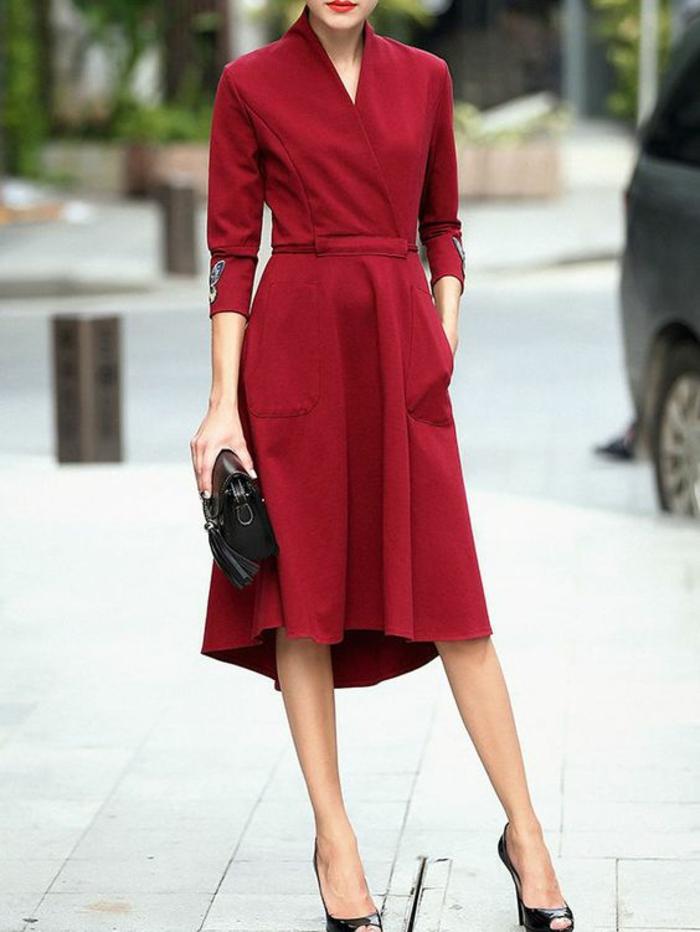 tenue chic femme robe en bourgoundi aux manches 7/8 col en V et décorations broderies aux manches