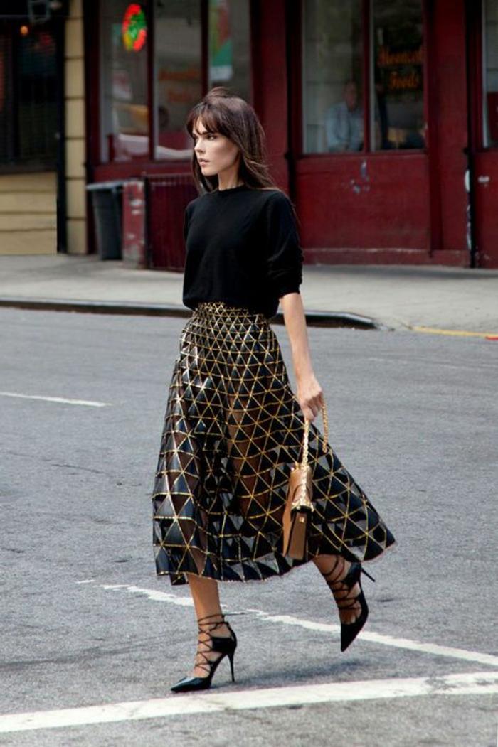 tenue chic femme jupe aux motifs géométriques triangles brillants