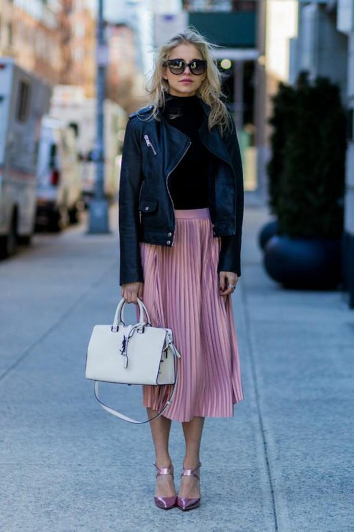 tenue chic et choc jupe plissé podre de roses longue avec grand sac en blanc et stilettos en couleur sucrée