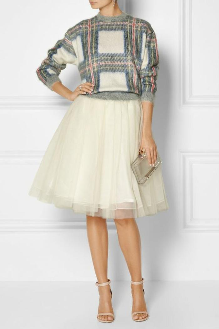 tenue chic avec jupe en tulle couleur crème et sac pochette métallique brillante