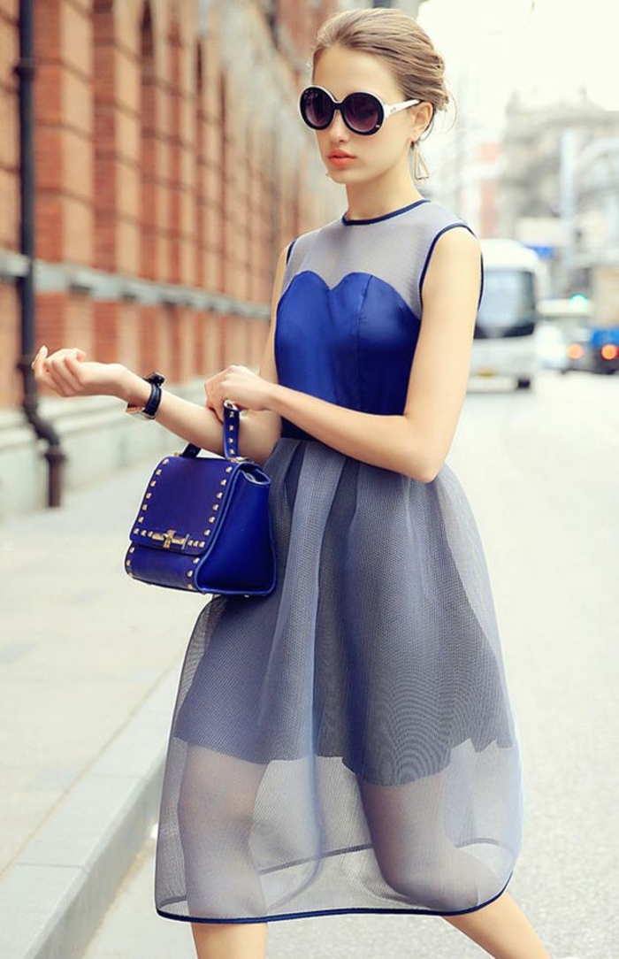 tenue chic et choc en bleu effet transparence deux jupes longueur mini en bleu royal