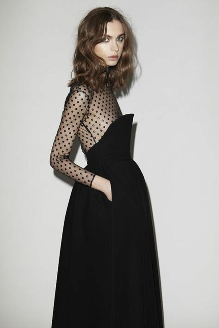 tenue chic et choc en robe noire aux taffetas transparent noir sur la partie haute avec manches transparents