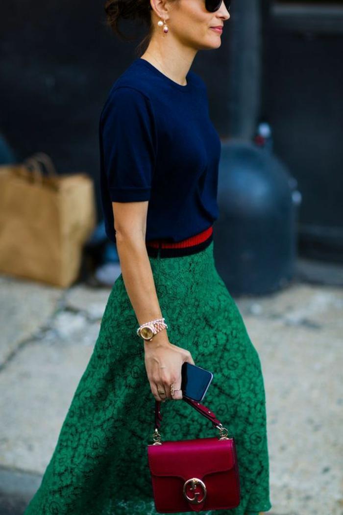 tenue chic avec jupe en dentelle verte et blouse aux manches courtes en bleu marine