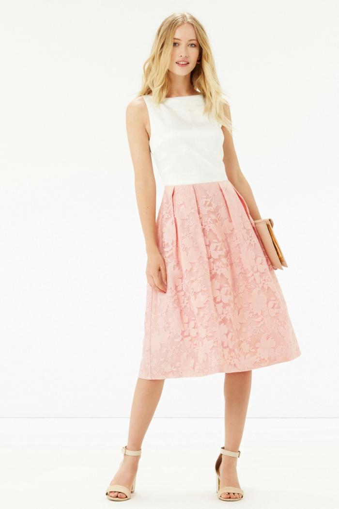robe pour bapteme, jupe rose en dentelle, sandales à talons, cheveux blonds, tenue de cérémonie femme