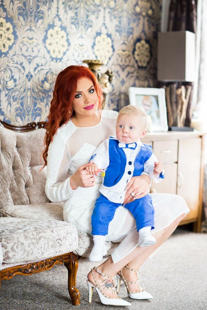comment s habiller pour un bapteme, robe blanche avec décolleté en dentelle, costume bleu