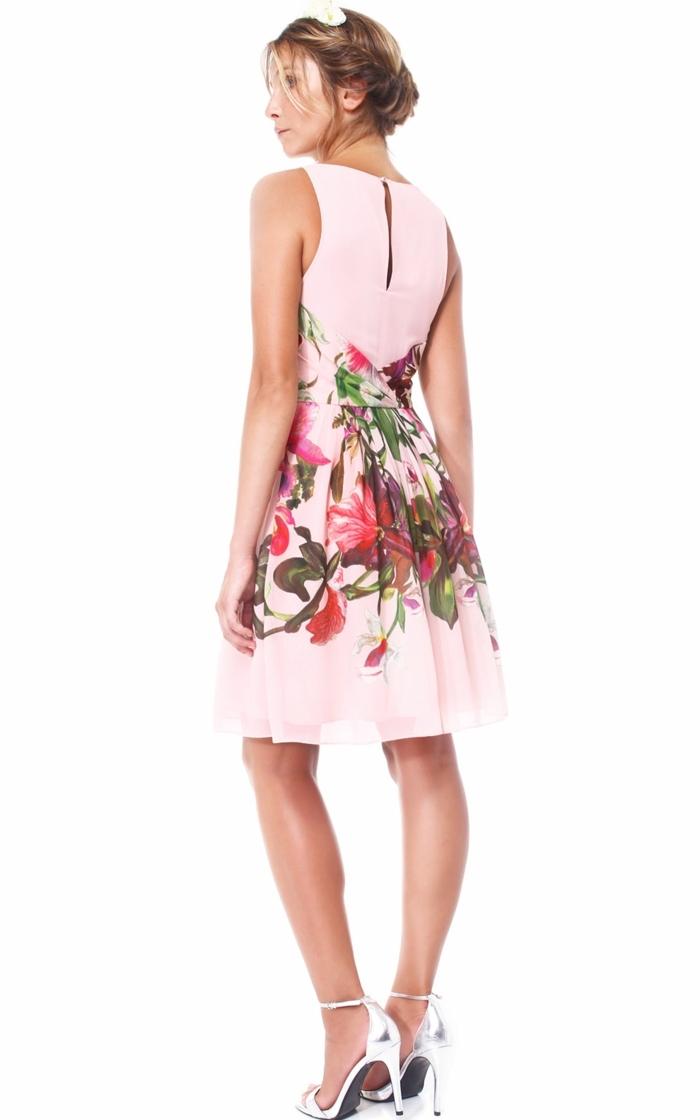 quelle tenue pour un baptême, robe rose avec fleurs, sandales argent, tenue chic