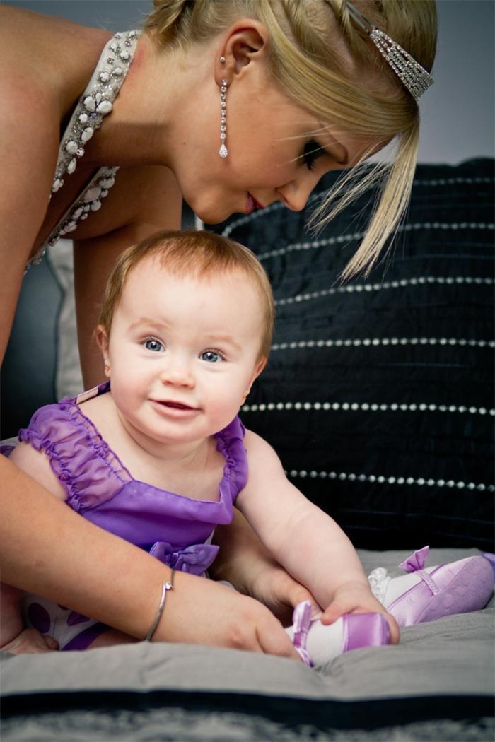 quelle tenue pour un baptême, robe violette, robe grise avec cristaux