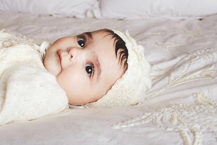quelle tenue pour un baptême, robe écru en dentelle, chapeau bébé