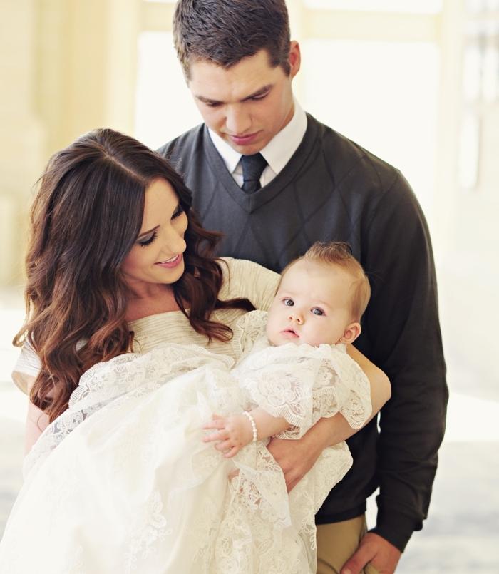 quelle tenue pour un baptême, gilet gris foncé, chemise blanche, robe écru en dentelle