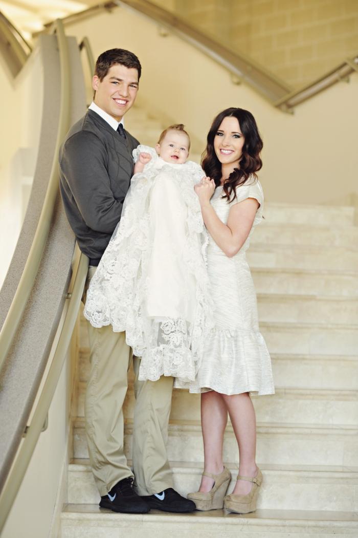 comment s habiller pour un bapteme, robe genoux en écru, gilet gris foncé, chemise blanche