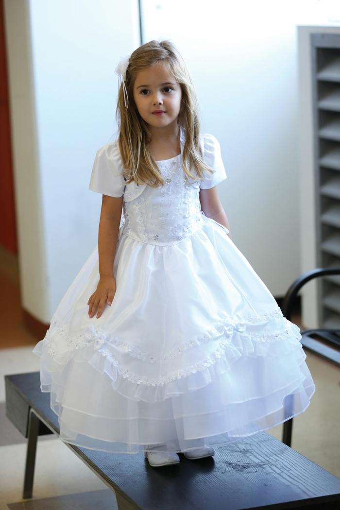 robe pour bapteme, fille aux cheveux blonds, tenue de ceremonie