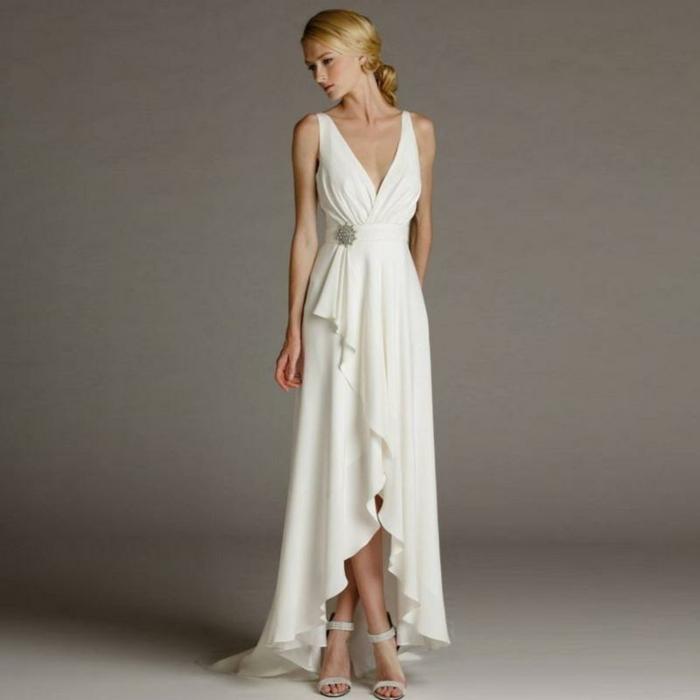 robe de mariée grecque, courte sur le devant et longue derrière, cheveux blonds