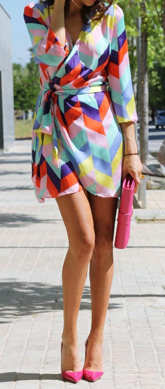 tenue chic robe mini aux couleurs de l'arc en ciel et aux motifs géométriques
